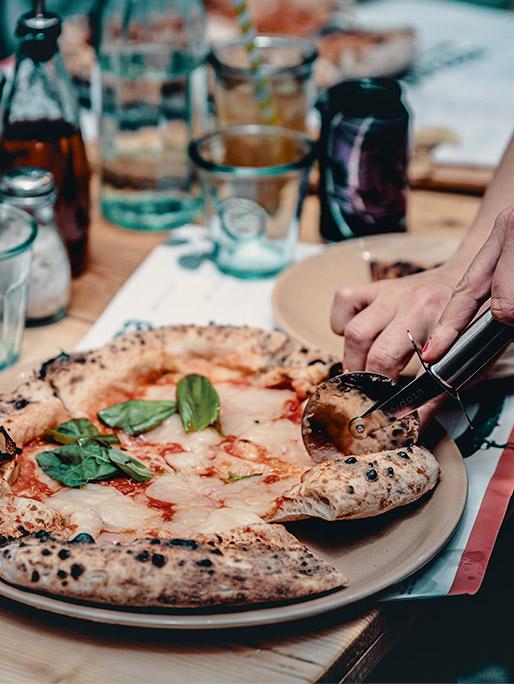 Purezza-Bristol-cutting-pizza